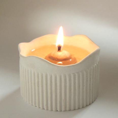 Blockljus av keramik, oljelampa som brinner med matolja, ersätter värmeljus