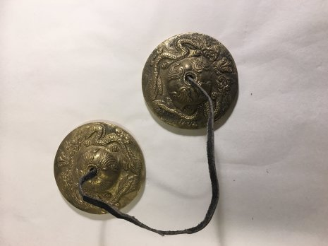 Tingshas, tibetanska klockor med ormsymboler